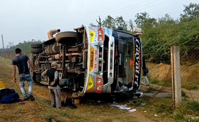 Private Travel Bus Rollover At Singarayakonda In Prakasam District - Sakshi