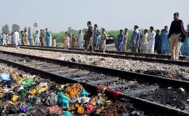 20 dead in Pakistan train bus collision - Sakshi