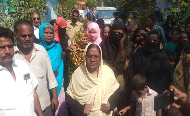 Women Protest Against CI in Proddatur YSR Kadapa - Sakshi