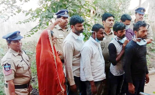 Interstate Thieves Arrest in Bank Robbery Case East Godavari - Sakshi