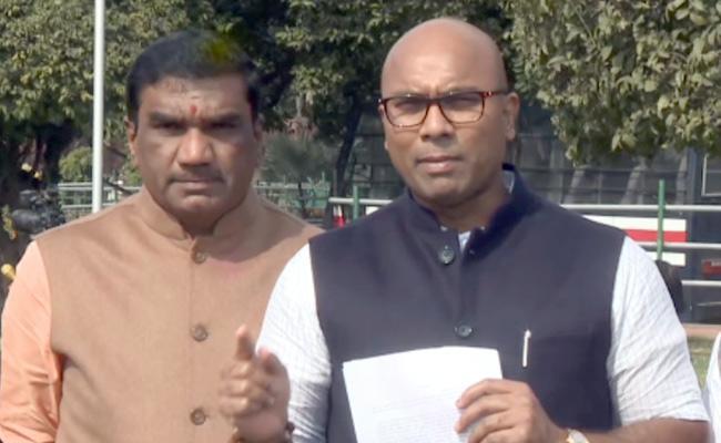 BJP MP Arvind Slams CM KCR Over Double Bedroom House Scheme - Sakshi