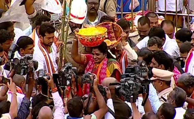 Governor Tamilisai And Bandaru Dattatreya Visits Medaram - Sakshi
