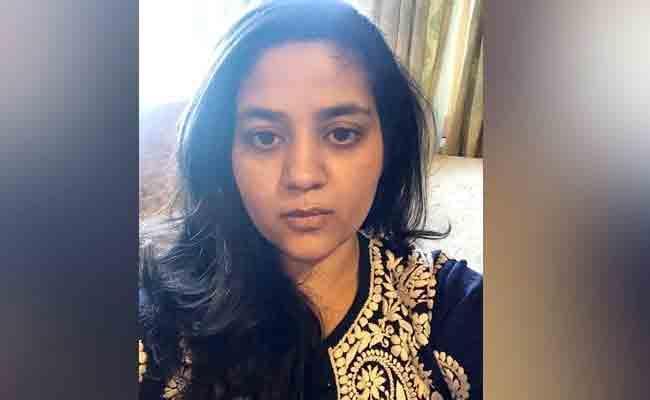 Mehbooba Mufti Daughter Tweet On Secret Notes To Mother - Sakshi