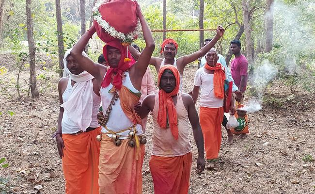 Medaram Sammakka-saralamma jatara ends as deities return to forest - Sakshi