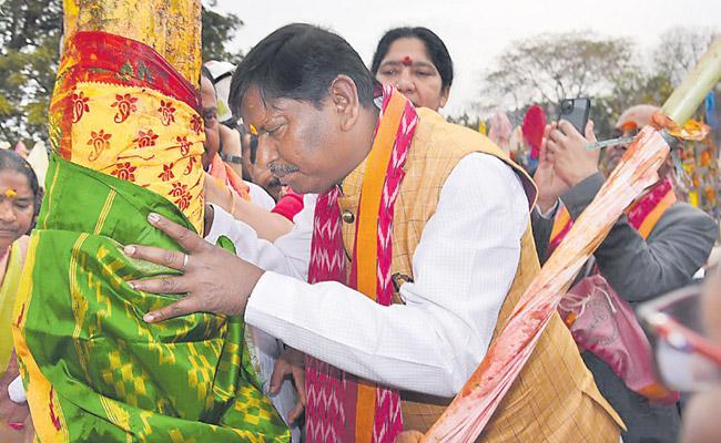 Arjun Munda Visits Medaram Jatara - Sakshi