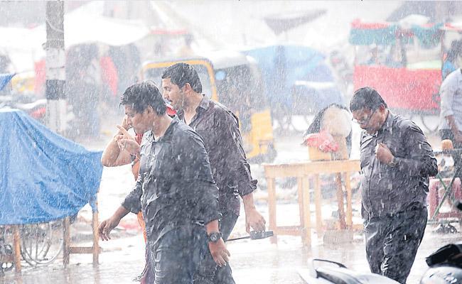 Heavy Rain In Sammakka Saralamma Jatara - Sakshi