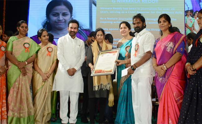 Sakshi Media Chief Reporter Get Best Female Journlist Award From Telangana