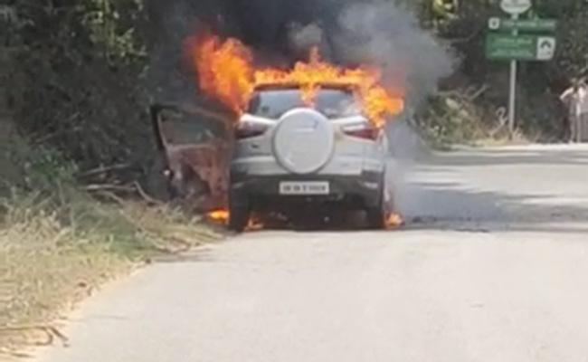 Fire Broke Into Running Car In Araku - Sakshi
