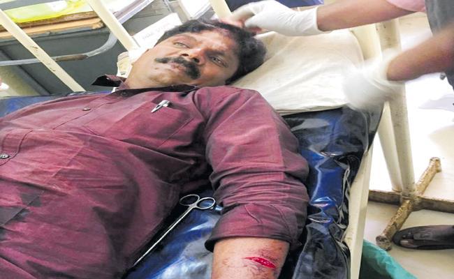 Murder attempt on YSRCP Activists - Sakshi