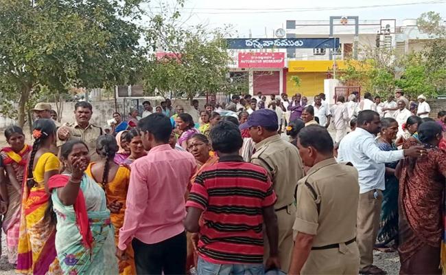 Women Made Strike At Boy Friend House For Marriage In Munugode - Sakshi