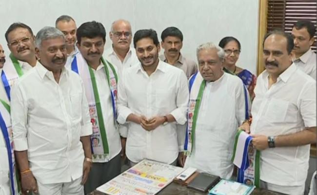 Former Minister Gade Venkat Reddy And His Son Joins YSR Congress Party - Sakshi