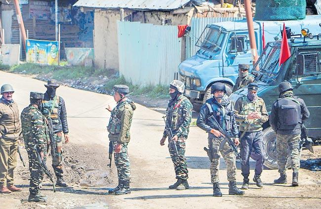 4 LeT, Hizbul terrorists lifeloss in encounter in Jammu Kashmir - Sakshi