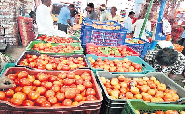 Tomato Prices Down in Vikarabad Market - Sakshi