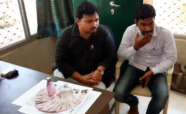 Municipal Employee Caught Demands Bribery SPSR Nellore - Sakshi