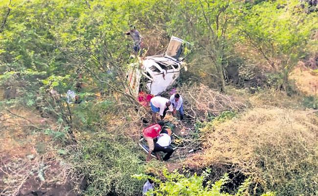 Huge Road Accident Kills Ten People In Guntur District - Sakshi