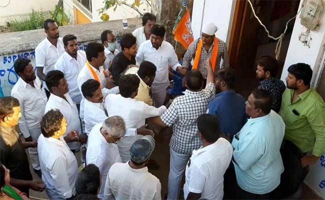 Disputes Between Leaders In BJP - Sakshi