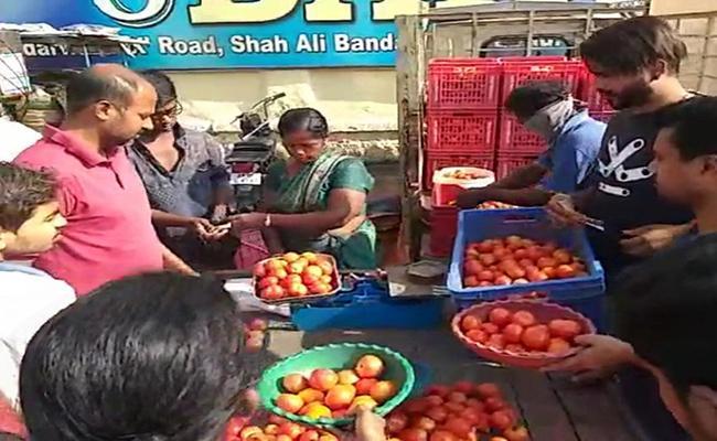 Vegetable Prices Are Increased Over Telangana Lockdown Effect - Sakshi