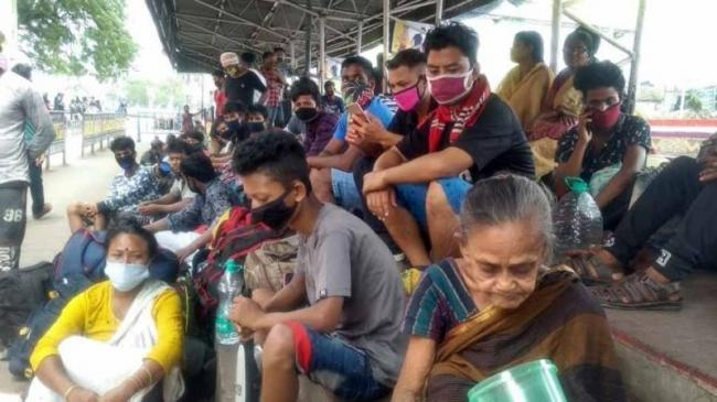 Migrant Workers Stranded At Howrah Station - Sakshi