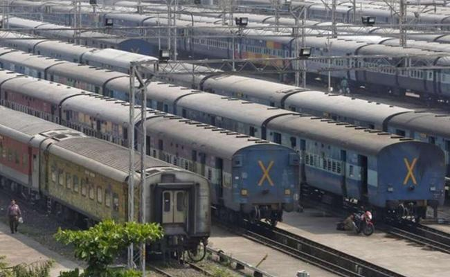 Corona virus lockdown: Railways cancels all trains till April 14 - Sakshi