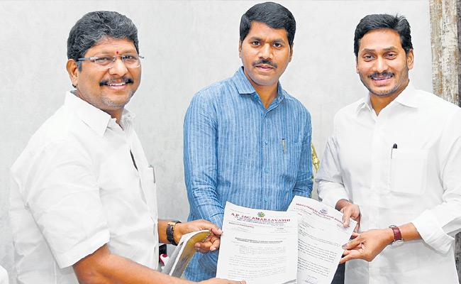 Donation Of Employees Unions To CM Aid Fund - Sakshi