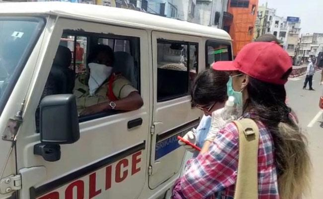 Lockdown: Iraq Medical Students Roaming In Srikakulam Roads - Sakshi