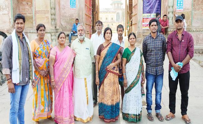West Godavari People Stuck in Kashi Lackdown - Sakshi