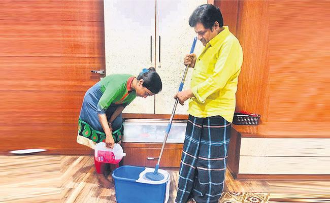 Lockdown Effect: Comedian Ali Cleaning Home - Sakshi