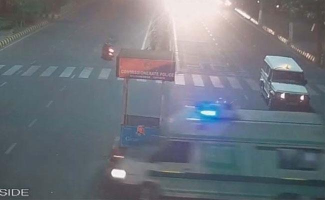 CM Naveen Patnaik Gave Side To Ambulance As Human Perspective In Bhubaneswar - Sakshi