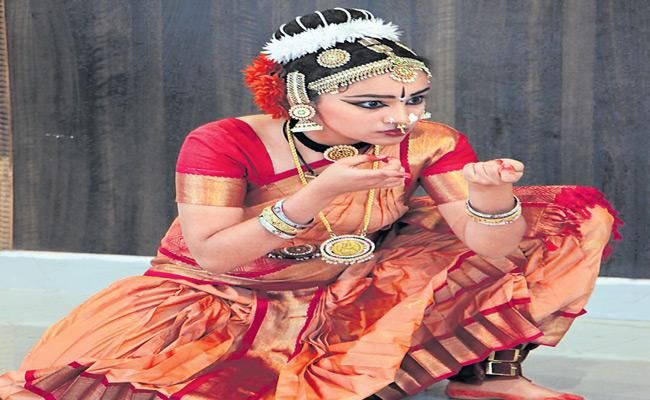 Special story About Traditional Dance Parimala Haripriya In Family - Sakshi