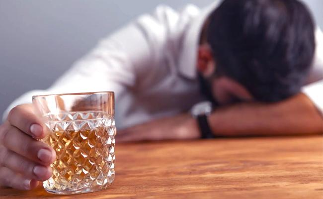 Mumbai Man Dials For Home Delivery Of Liquor Loses RS 1 Lakh - Sakshi