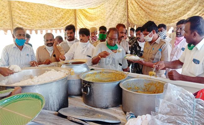 Political Leaders Distributing Food in Guntur - Sakshi
