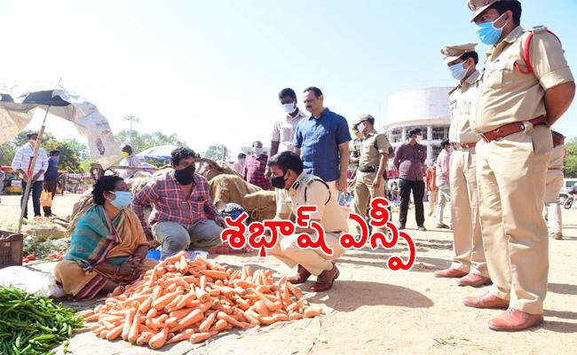 SP Ramesh Reddy Helps Old Women in Tirupati Market - Sakshi
