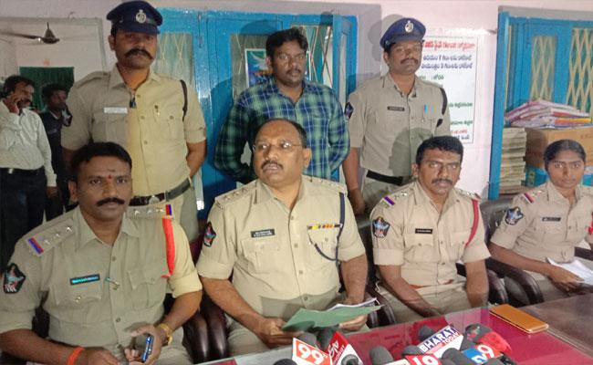 Police Arrested Accused Who Physical Assaulting Girl In Mandapet - Sakshi