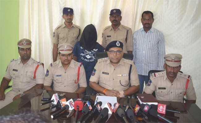 Man Molested Girls And Students Unions Protest To Hang Him In Mahabubnagar - Sakshi
