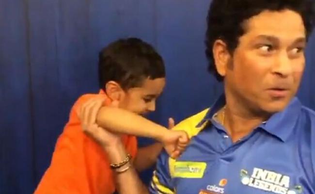 Irfan Pathan'Son Boxing With Sachin Tendulkar - Sakshi