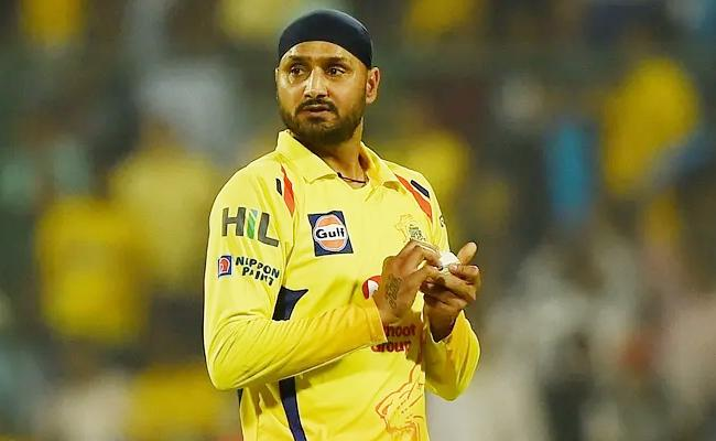 Cricketer Harbhajan Singh Bat Missing in Indigo Flight - Sakshi