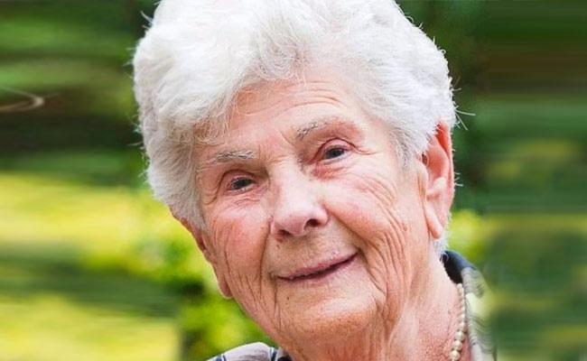 Coronavirus: 90 year old denies ventilator for the younger ones dies - Sakshi