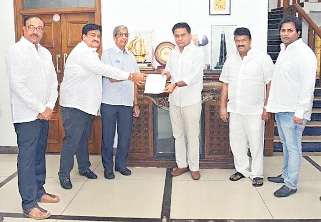 Telangana Producers Donate 25 Lakhs To CM Relief - Sakshi