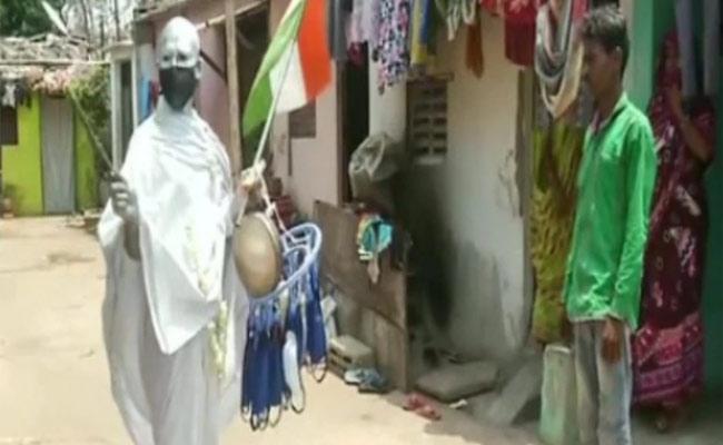 Man Dressed as Mahatma Gandhi And distributes Masks Sanitizers - Sakshi
