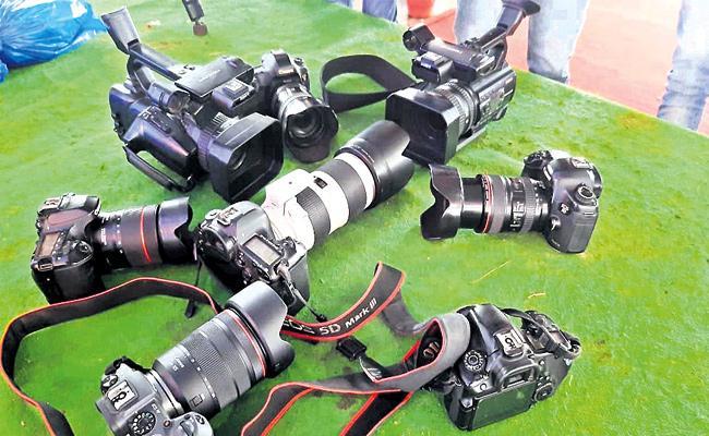 Photographers Loss With Lockdown in Wedding Season Medak - Sakshi