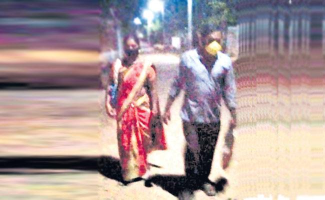 LockdownEffect: Kamareddy Couple Walk 120 Kms For Their Daughter - Sakshi