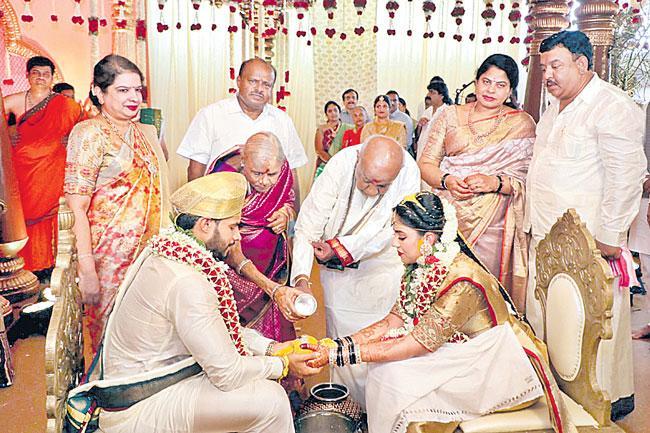 No social distancing at HD Kumaraswamy is son Nikhil Gowda wedding - Sakshi