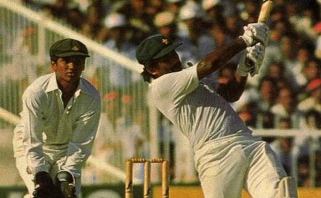 Javed Miandand Used Akram Bat In 1986 Asia Cup Final - Sakshi