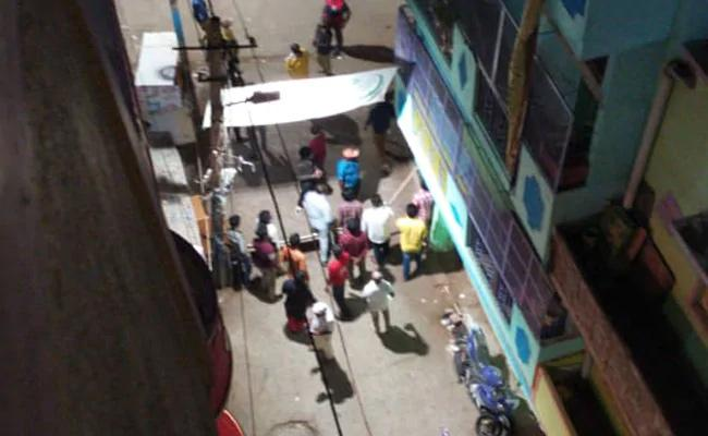 Mob Attack On Health Team In Bangalore - Sakshi