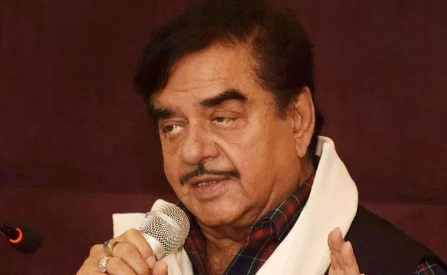 Shatrughan Sinha Clarifies Controversial  Statements On Akshaykumar - Sakshi