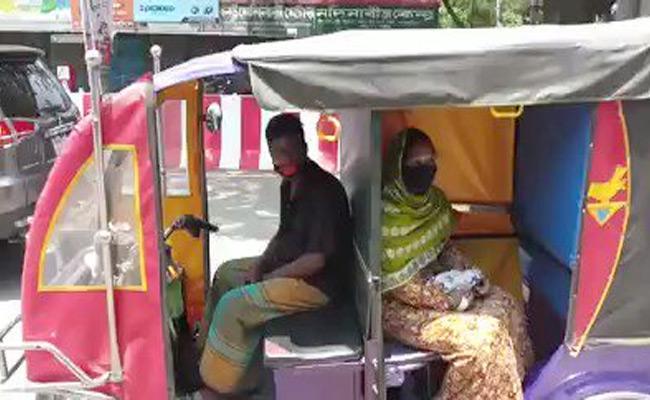 Anand Mahindra Shared Video Of Social Distancing In E Rickshaw - Sakshi
