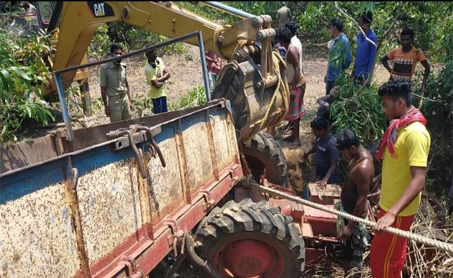 Two Men Rescued From Road Accident In Orissa - Sakshi