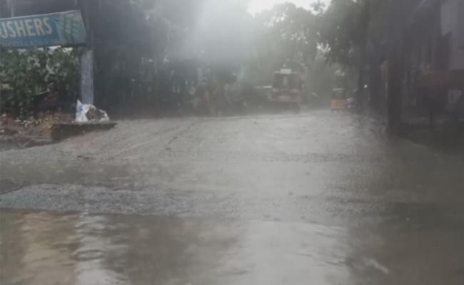 Heavy rains lash Tirumala - Sakshi