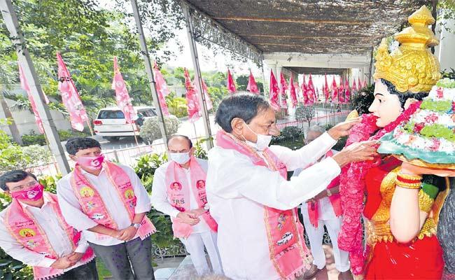 TRS Party Formation Day Celebrations In Telangana Bhavan - Sakshi