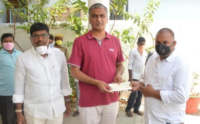 Telangana NRI Forum donates 1lakh to Harishrao - Sakshi